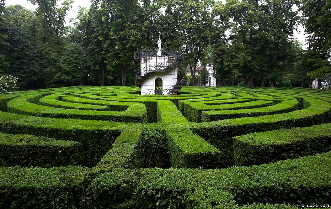 The most incredible green labyrinths in italy ecobnb for Garden labyrinth designs