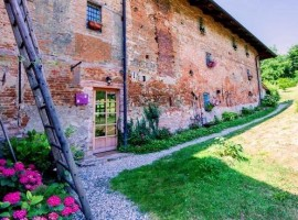 An organic farmhouse in Cinzano, immersed in the green hills of the first Monferrato, in the province of Turin.