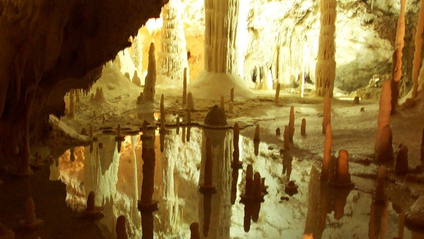 Frasassi Caves, a paradise of stalactites and stalagmites, photo by Wikimedia Commons