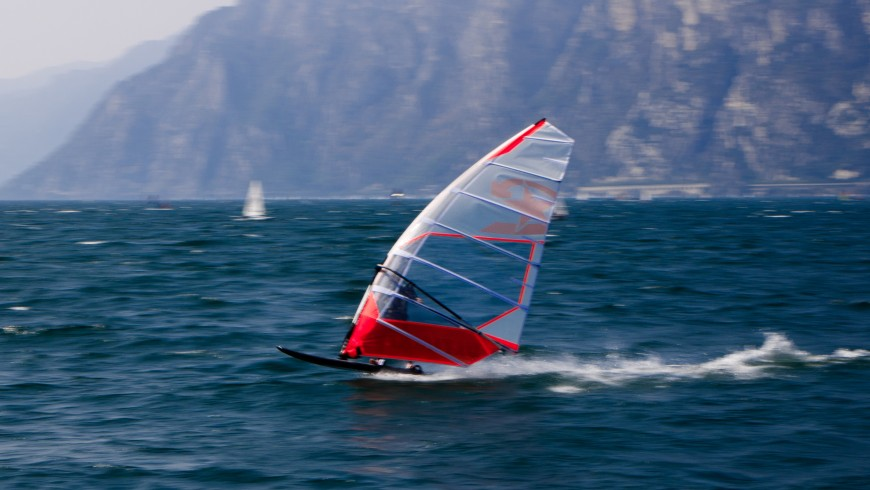 Windsurf, photo by Henry Gressmann via Unsplash