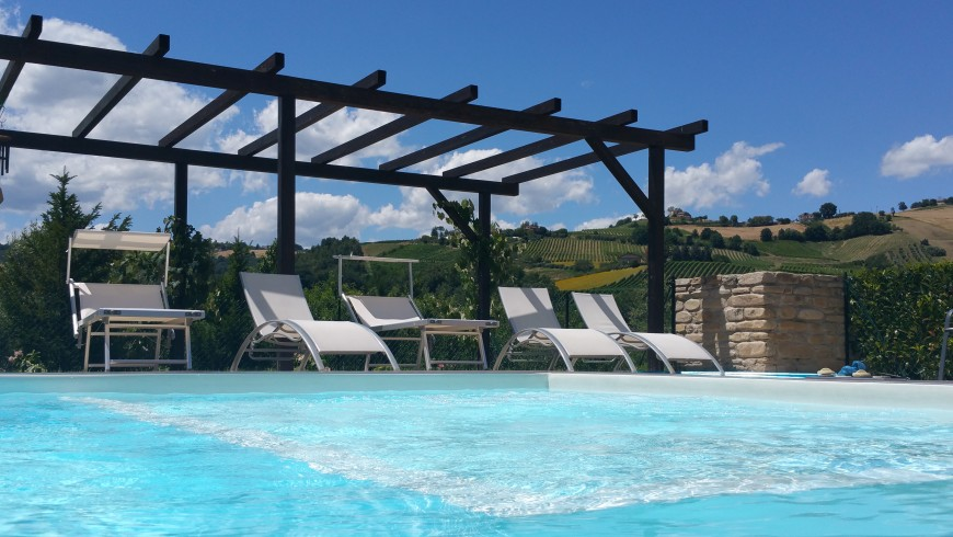 La Curtis, eco-friendly accommodation with pool, surrounded by hills in Montalto nelle Marche, Italy