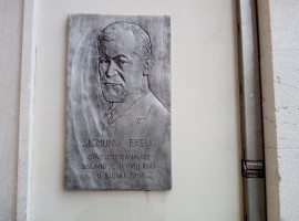 Plaque dedicated to the psychologist Sigmund Freud. Photo by S. Ombellini