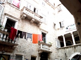 Silence and washing lines between the houses in the centre of the town. Photo by S. Ombellini