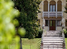 A venetian villa with wide entrance and well-finished garden